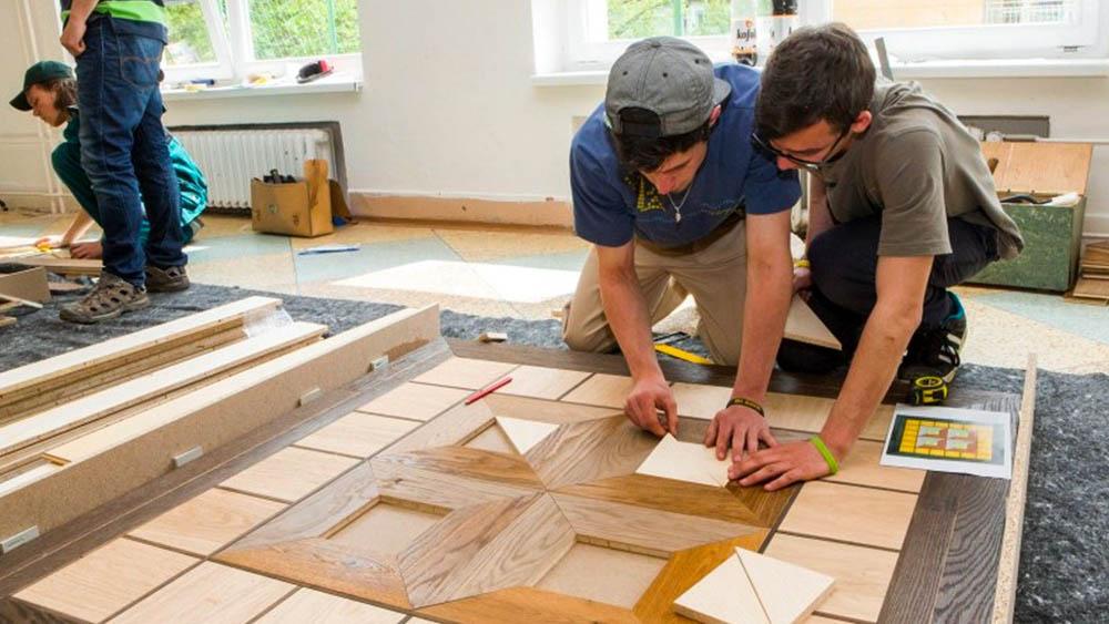 Studenti pokládají podlahu