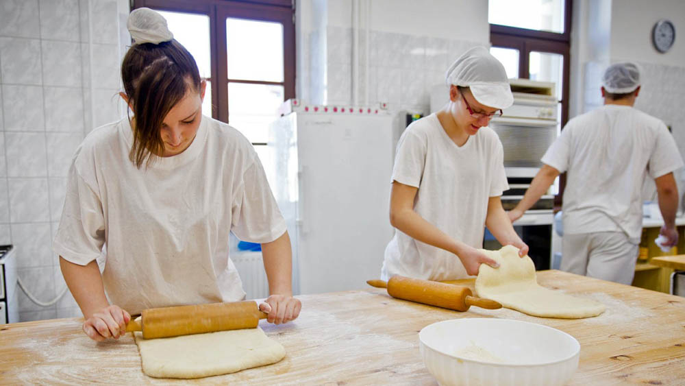Studenti na praxi v kuchyni
